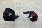 ビジネスマンやビジネスウーマン間ビジネス ハンドシェイク — ストック写真