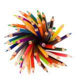 Beyaz arka plan üzerinde renkli kalemler yığını — Stok fotoğraf