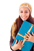 Krásná mladá žena držící dar, izolované na bílém — Stock fotografie