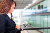 Podnikání žena pracující s digitálním tabletu v moderní kanceláři — Stock fotografie