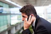 Primo piano di un uomo di successo giovani business parlando sul phon cellulare — Foto Stock