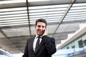 Młody biznesmen rozmowy na telefon komórkowy w nowoczesnym biurze — Zdjęcie stockowe