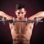 bilden av en muskulös ung man lyfta vikter på svart bak — Stockfoto