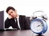 Empresario joven cansado durmiendo próximo portátil sobre fondo blanco — Foto de Stock