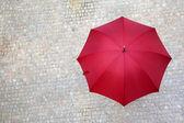 Ombrello rosso all'aperto — Foto Stock