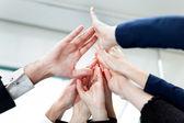 Close-up van handen van zaken geven high-five — Stockfoto