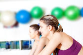 Group of in the gym doing cardio training — Stock Photo