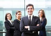 Biznesmen liderem na pierwszym planie jego zespołu — Zdjęcie stockowe