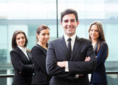 Zakenman leider op de voorgrond van zijn team — Stockfoto
