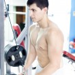 Handsome man training his triceps at the gym — 图库照片