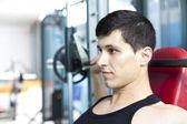 英俊的男人在健身房搬抬重物 — 图库照片