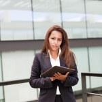 obchodní žena stojící s tabletem ve svých rukou v kanceláři — Stock fotografie #30082563