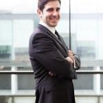 办公大楼在微笑英俊商务男人肖像 — 图库照片