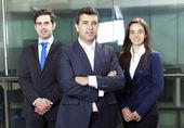 Leader de confiance homme d'affaires sur le premier plan de son équipe — Photo