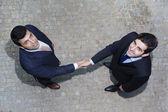 Zakelijke handdruk tussen twee zakenman buitenshuis — Stockfoto