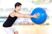 Egzersiz fitness topu spor salonunda egzersiz genç atletik erkek — Stok fotoğraf
