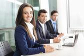 Business-team im büro, aufgereiht lächeln — Stockfoto