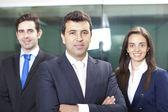 Líder do empresário confiante no primeiro plano de sua equipe — Fotografia Stock