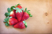 Strawberrys su fondo in legno — Foto Stock