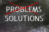 Probleem en oplossingen optie handgeschreven met wit krijt op een schoolbord. — Stockfoto