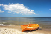 Fishing boat on the beach — Stock Photo