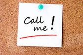 Ruf mich an, auf eine weiße notizzettel geschrieben — Stockfoto
