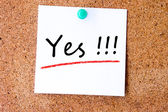 Yes on white sticky note — Stock Photo