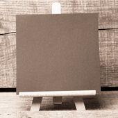 木製の背景に小さな木製フレーム黒板 — ストック写真