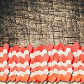 Corazones sobre un fondo de madera — Foto de Stock