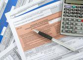 现代计算器,黑色的钢笔和税务表格 — 图库照片