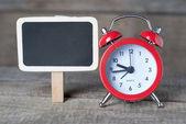 Alarm klok naast kleine schoolbord — Stockfoto