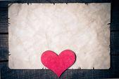 Trä hjärta på gamla papper — Stockfoto