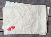 Деревянные сердце на старой бумаге — Стоковое фото