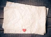 古い紙の上の木の心 — Stock fotografie