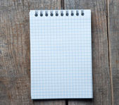 белая книга по таблице — Стоковое фото