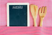 Tablica menu z drewnianą łyżką i widelcem — Zdjęcie stockowe