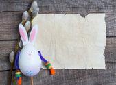 Conejo y amentos sobre un fondo de madera — Foto de Stock