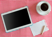 Vide tablet pc, un café et un portable avec stylet — Photo
