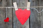 Dos corazones de papel colgando de una soga — Foto de Stock