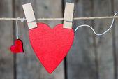 Dwa serca papieru wiszące na liny — Zdjęcie stockowe