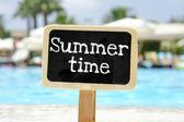 Letní čas v rukou tabule — Stock fotografie