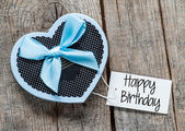 "Gift box and card with text ""happy birthday"" — Stock Photo"