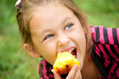 Child eats a peach — Stock Photo