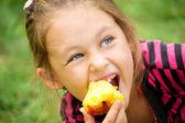 Child eats a peach — Stock Photo