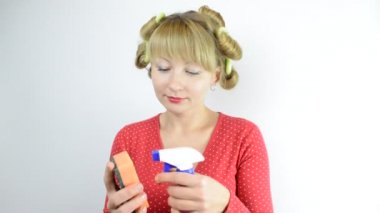 Housewife in curlers with cleaner and sponge — Stock Video