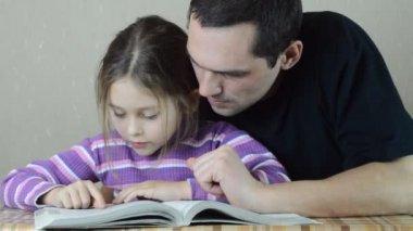Far och dotter läsa — Stockvideo
