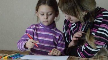 Matka i córka farby długopisy na białym papierze — Wideo stockowe