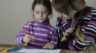 Madre e figlia dipingere penne su carta bianca — Video Stock