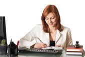 Meisje schrijft in een notitieblok — Stockfoto