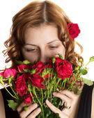 Menina cheirando a rosas sobre fundo branco isolado — Foto Stock